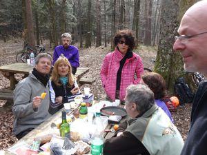 ouf arrivée aux 3 forestiers, Agnès et Lolo nous y attendent ... à la fin du repas, 2 des nôtres font sécession : un peu serrés non ??