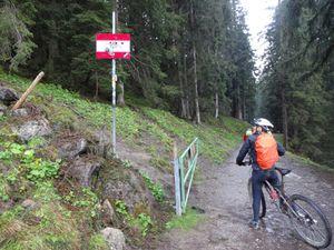 """Retour à la station d'Oberstdorf où nous pûmes, cette fois-ci, emprunter la télécabine mais sans nos vélos.  Arrivés en haut, ils ont mis presque une heure pour nous les monter dans une benne 4 par 4. La fatigue et le froid nous ont confortés à l'idée que ce serait bien de rentrer faire un tour au Sauna. Au détour d'un chemin, un panneau : """"bienvenue en Autriche"""" ! Mais je croyais qu'on y était  ..."""