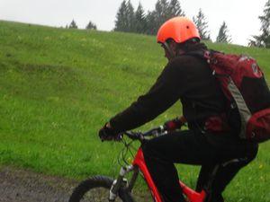 Arrivée à la Söllereckbahn à Oberstdorf : Surprise ! Nous ne pourrons monter en télécabine avec nos vélos qu'à partir de 15H. Mais qu'allons-nous faire ? La personne à la remontée mécanique nous dit de prendre la route qui monte, elle n'est pas très longue ! Donc nous voilà partis pour 3 kms environ de montée sur route à 28 % de pente par endroit. Alors que les œufs tournent quasiment à vide ! Ça fulmine dans les rangs !