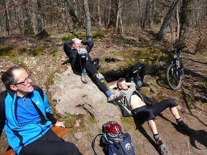 La montée est rude vers Haselbourg, mais lorsque nous arrivons au Falkenfels, le soleil se montre enfin généreux et nous réchauffe. C'est l'occasion d'une petite sieste bien agréable.