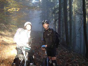 On amorce la descente, on retourne dans le brouillard. Bernard se fait une petite frayeur en glissant sur les feuilles mortes, mais la chute est sans gravité.