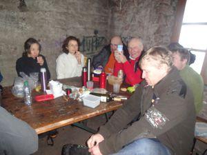 Il ne pleut presque pas, mais le vent souffle fort et l'air est humide. Nous arrivons avec plaisir à l'abri du Schneeberg où nous prenons notre repas en compagnie d'autres randonneurs sympas. Nous allumons un feu dans la cheminée.