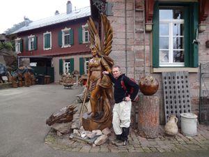 Des êtres extraordinaires sculptés ou moulés habitent dans le jardin du château Yburg