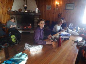 Nous arrivons enfin au chalet Edelweiss du ski-club de Saint-Amarin. C'est bon de s'attabler devant un feu de cheminée.