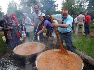 Au col de la Schleiff, une communauté turque est réunie pour faire la fête. On nous offre quelques friandises turques, tandis que Domi donne un coup de main pour préparer le boulgour. Tout d'un coup l'orage éclate !