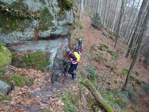 Des passages assez techniques sur le sentier des Merveilles. Lorsque cela devient trop difficile, on descend de vélo et on pousse.