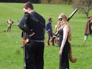 Les participants, jeunes et moins jeunes, sont costumés dans un style médiéval-fantastique et s'affrontent par équipes de 5