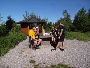 Nous faisons plein de pauses : boire un pot, cueillir des cerises, réparer une crevaison (Greg), admirer un paysage, monter sur la tour du Mooskopf, prendre un goûter. Je laisse filer l'heure, ma seule deadline étant d'attraper le train d'Appenweier de 20h10.
