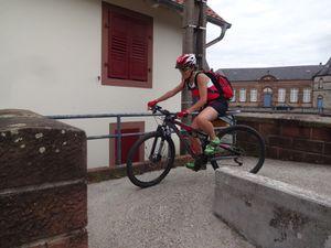 Fin de parcours sur la piste cyclable. Nous nous arrêtons pour suivre les concurrents d'un triathlon, puis pour quelques exercices de maniabilité.