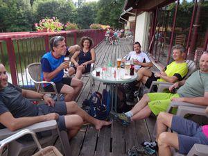 Nous prenons un peu la route pour nous rapprocher de la gare de destination, et buvons un pot au camping du lac des Messires.