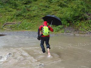 Un peu plus loin la route est inondée. Chacun sa technique pour passer. Poc déchausse et marche dans l'eau tandis que Mouki esquive et trouve un passage dans les rochers.