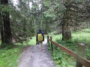 Nous passons par un Barfussweg (chemin pied nu). Nous jouons le jeu, mais sur le sol détrempé cela manque de charme.