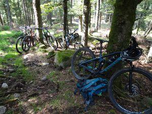 Jusqu'à la Grande Roche (1090 m), où nous posons nos vélos pour accéder à pied à ce sommet escarpé.