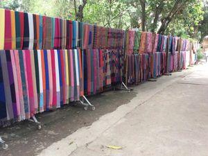 Thaïlande avec ses paysages, ses métiers à tisser,ses couleurs,ses enfants, son boeuf et sa chèvre.......