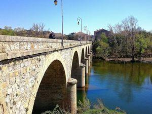 Le village vu depuis le Pont qui enjambe l'Orb (avril 2015, images personnelles)