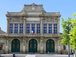 De la statue de Paul Riquet au Théâtre municipal se trouvent des sculptures de Carme Albaigues, une installation à partir de bouteilles en verre par Marie Ange Daude,et des graphs qui envahissent l'espace  (images personnelles, juin 2016)