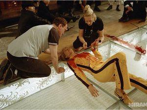 Combat façon ombre chinoise et photos du tournage avec notamment sa doublure (Zoe Bell) sur le film.