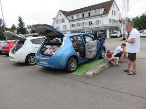 Vue de notre chambre à Wittnau, recharges avec la famille Kayser en Suisse au garage Keigel, puis en Alsace chez Nissan Illzach et à Colmar, promenade à Colmar, occupation pendant le trajet :-)