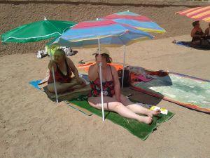 Et quand le vent se lève, nous on a une super technique !!! chacun tient son parasol !!