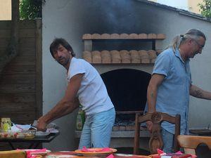 Didier et David préparent le barbecue