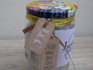 1 pot de confiture vide, des rubans, des étiquettes faites maisons, petites bidouilles à offrir