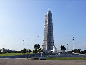 La Place de La Révolution. A centre, le Mémorial Jose Marti et la statue du père de la révolution cubaine.José Marti - chaque école cubaine possède un buste de l'écrivain et homme d'action, toute ville a au moins une rue à son nom. C'est sur cette place que Fidel castro prononçait ses célèbres discours-fleuves. (cliquer dans chaque photo pour l'agrandir).