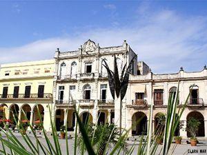 La Plaza Vieja.(XVIIe siècle). Endommagée en 1950 (on l'avait transformée en parking!), elle a été reconstruite à l'identique. (cliquer dans chaque photo pour l'agrandir).