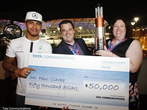 Tata Communications - Paul Clarke a reçu son chèque de 50.000 dollars des mains de Lewis Hamilton