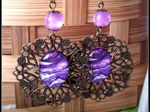 Boucles d'oreilles baroque dentelle de métal cuivré et perles violettes .