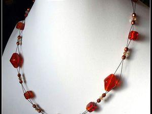 Du Orange , tout chaud pour ce ras-de cou , perles de verre montées sur cable .