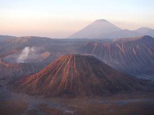 Vue sur les volcans Bromo et Semeru au lever du soleil
