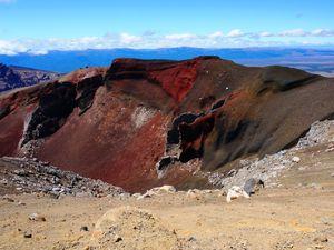 Red Crater (1886m) avec les ouvertures béantes et rougeoyantes sur le flanc du Mt Ngauruhoe