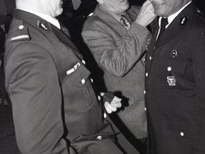 Jean-Louis JUNG et Gilbert SCHMITT, maire d'Algrange remettent le grade de sous-lieutenant honoraire à François...