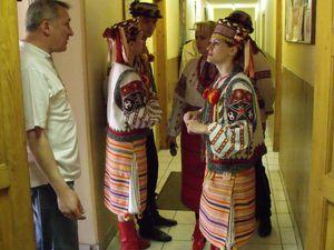 Nos amis Georges MARCZAK et l'aumonier ukrainien Roger YAROSLAW surveille le bon déroulement du spectacle