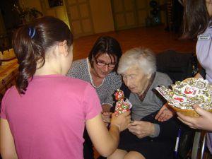 Nous voici devenus rois mages un instant... Nous distribuons les cadeaux préparés par l'association des visiteurs de malades et offrons les cartes de voeux que nous avons préparées pour l'occasion.