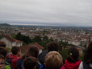 """Début de la visite sur le coteau de l'Ermitage, """"berceau"""" de la ville... De cet ancien oppidum d'Aginnum, nous nous rendons bien compte que notre commune se trouve dans une """"cuvette"""" entourée de collines..."""