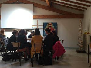 Petits groupes de parents en réflexion autour de la communion.