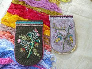 travaux d'été : teinture de fils et de laine et réalisation de pochettes pour ranger les crochets