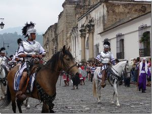 Des gardes, des soldats romains ouvrent la marche puis les porteurs des palanquins habillés en bédouins. Décor assez baroque entouré d'anges, de saint et Dieu le père. Les porteurs peuvent être jusqu'à 100, il y a une sorte de pas de danse qui fait chalouper le palanquin.