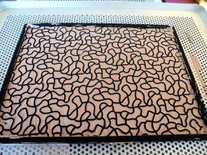 Mousse colorée sur tapis relief labyrinthe et avec cadre rectangulaire .