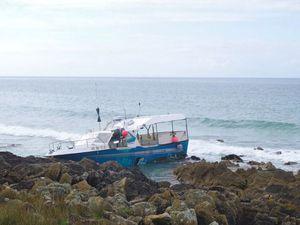 Un petit palangrier s'échoue sur la côte, non loin d'Audierne (29), dans la nuit du 14 au 15 août - Info et photos : P Moreau &#x3B;-)