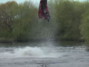 VIDEO - acrobaties et loopings en jet-ski