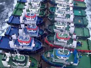 VIDEO - 26 remorqueurs portuaires chargés sur un bateau semi-submersible