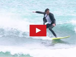 VIDEO - faire du surf en costume, c'est désormais possible !