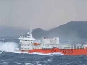 VIDEO - un cargo bondit sur les vagues, en pleine tempête, au large de la Norvège
