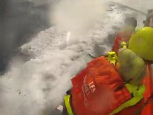 VIDEO - intervention des sauveteurs en mer SNSM sur un voilier en détresse au large du Cap d'Adge