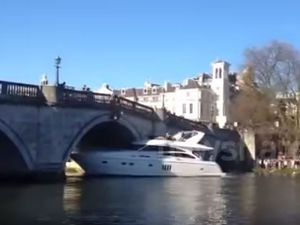 VIDEO - un yacht percute un pont... et récidive !