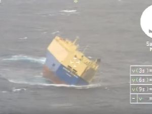 VIDEO - L'hélitreuillage des 22 marins du cargo Modern Express
