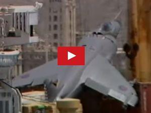 VIDEO - incroyable, un avion de chasse se pose sur un cargo !