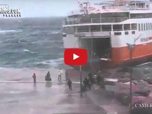 VIDEO - accostage extrême d'un ferry grec dans la tempête